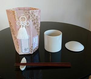 お骨壺と覆い袋 葬儀用.jpg